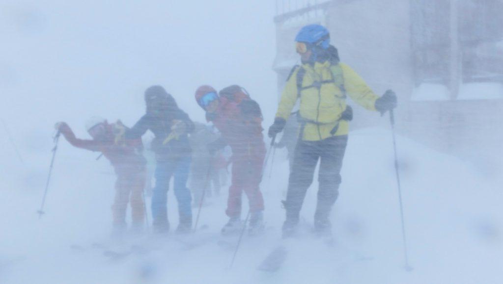 室堂バスターミナル前での吹雪